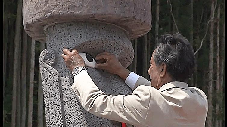 南三陸町のマナ・モアイ像に目を入れるシーン